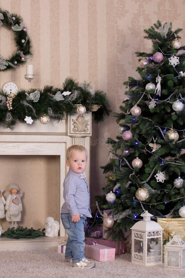 dzieci boże narodzenia zbliżać drzewa obrazy stock