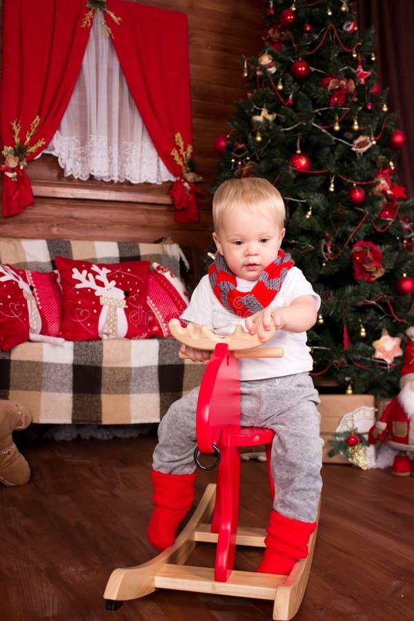 dzieci boże narodzenia zbliżać drzewa fotografia stock