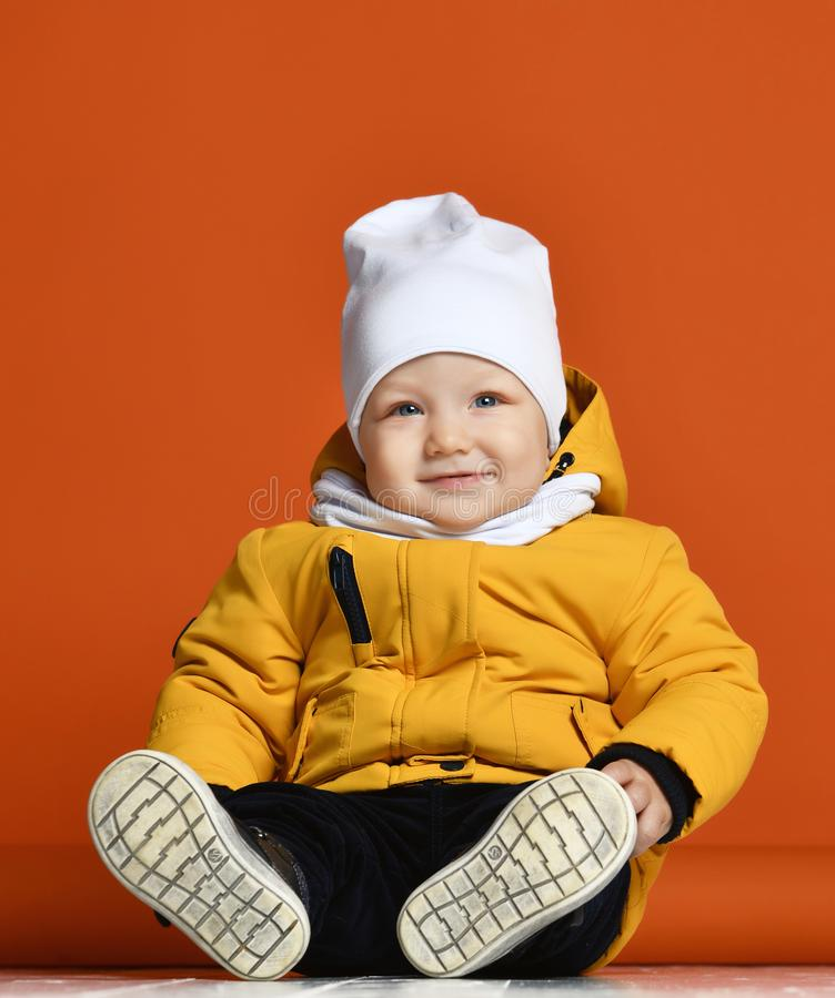dzieci braci ubrania szczęśliwa z siostra uśmiecha się dwie zimy Dzieciaki w puszek kurtkach Mody dziecko obrazy royalty free