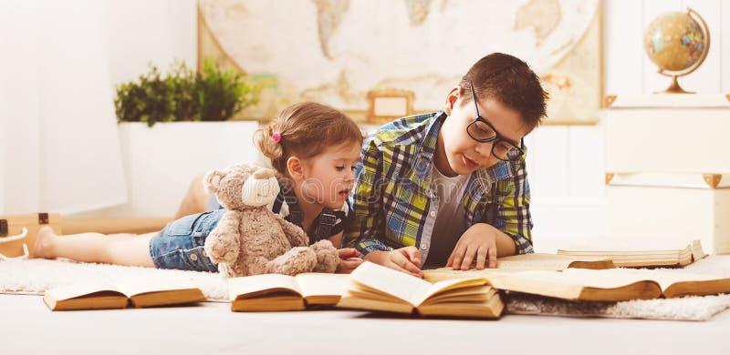 Dzieci brat, siostra, chłopiec i dziewczyna czyta książkę, fotografia royalty free