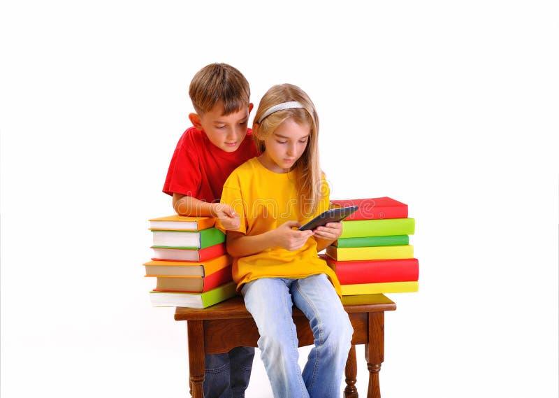 Dzieci - chłopiec i dziewczyny czytelniczy ebook obrazy stock