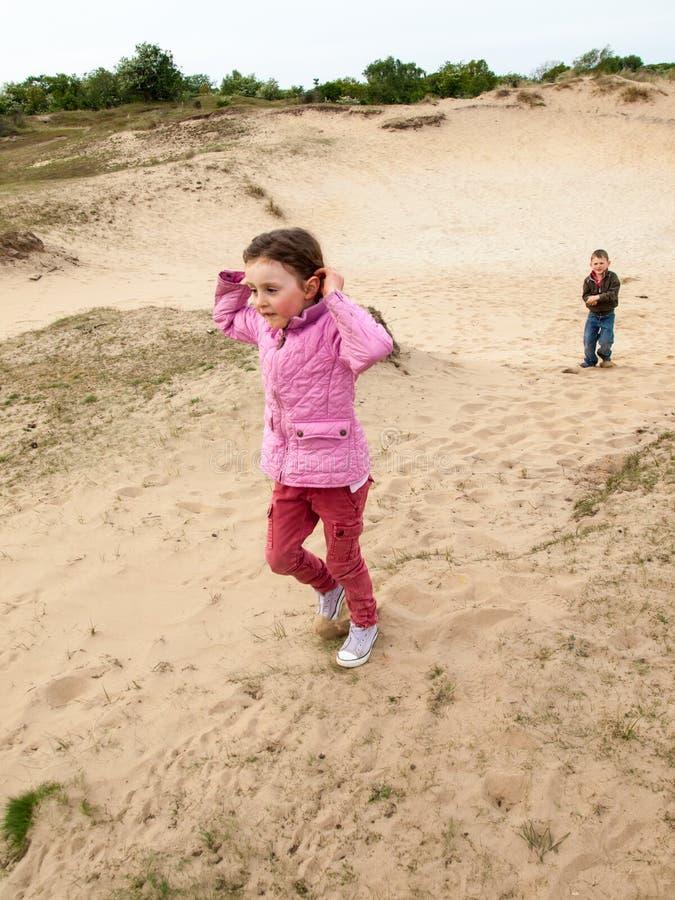 Dzieci chodzi przez diuna krajobrazu obraz royalty free