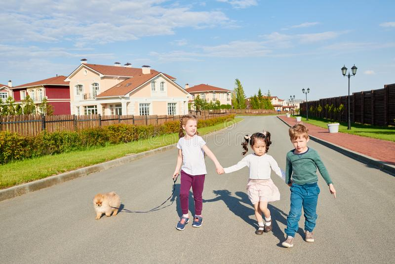 Dzieci Chodzi psa zdjęcia royalty free