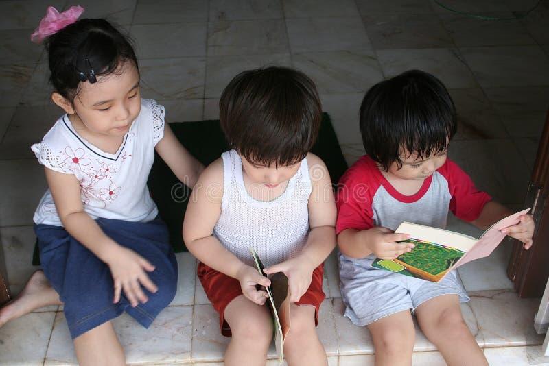 dzieci czytać książki zdjęcia stock