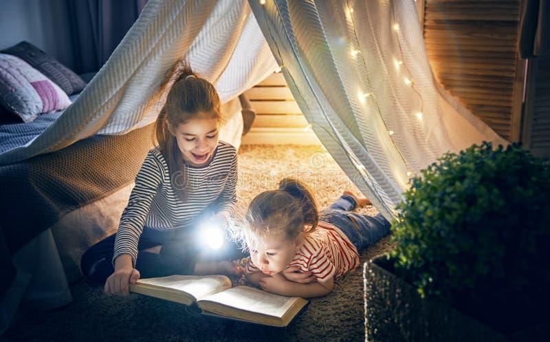 Dzieci czytają książkę fotografia royalty free