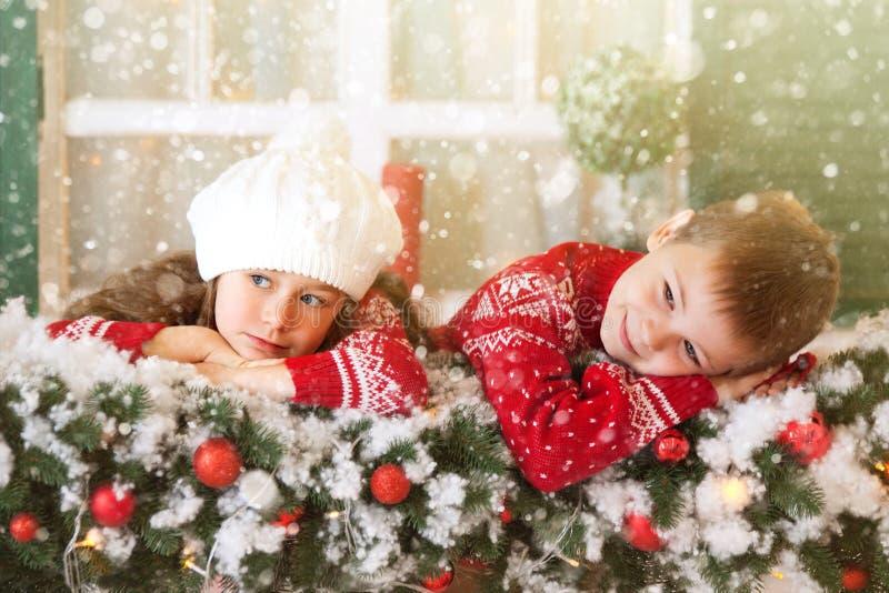 Dzieci dziewczyny i chłopiec czekanie dla bożych narodzeń, zima wakacje obraz royalty free