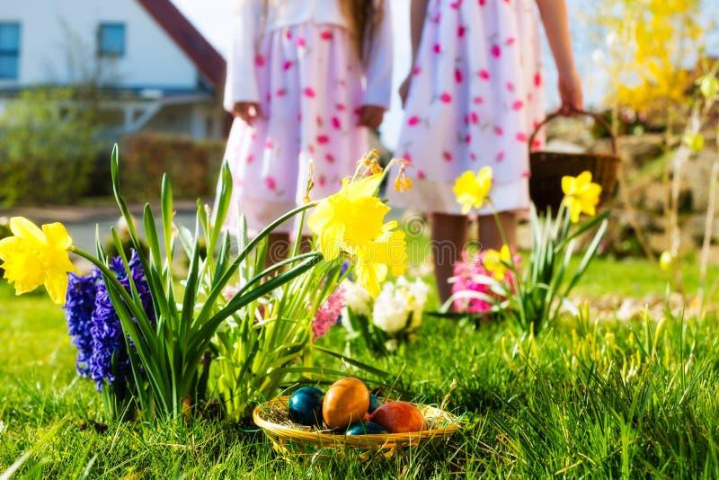dzieci Easter jajka jajek polowanie obrazy royalty free