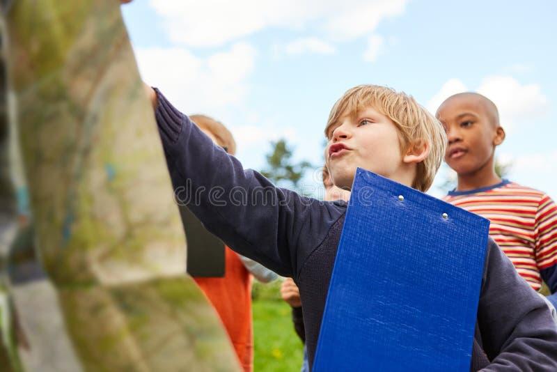 Dzieci gdy detektywi na śmieciarza polowaniu obrazy stock