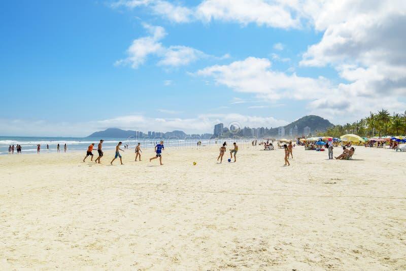 Dzieci grające w piłkę nożną na plaży, Guaruja SP Brazylia obrazy stock