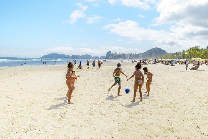 Dzieci grające w piłkę nożną na plaży, Guaruja SP Brazylia zdjęcia royalty free