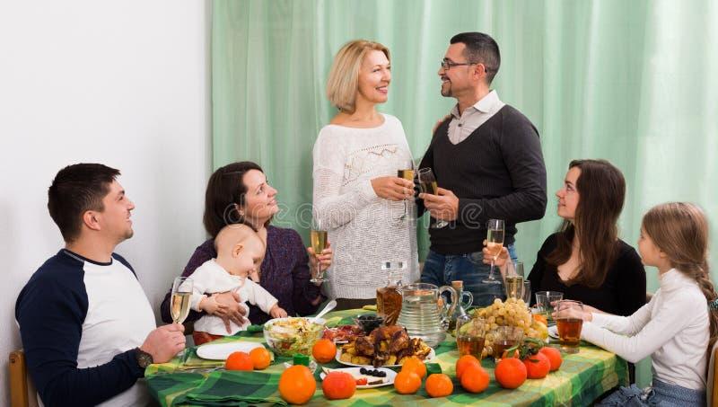 Dzieci gratuluje z dziadkami i rodzicami obrazy stock