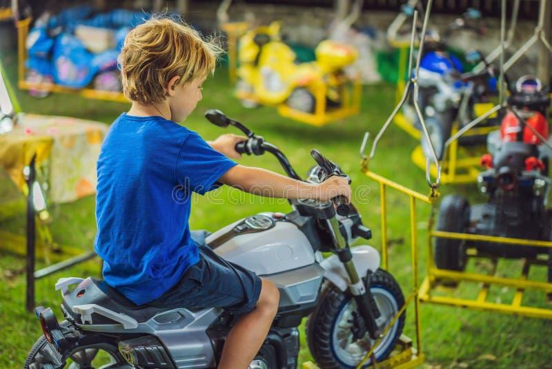 Dzieci iść na Wesoło Iść Round, dzieciaki bawić się na carousel w lecie obrazy royalty free
