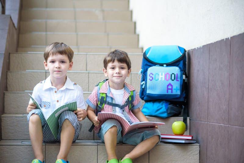 Dzieci iść z powrotem szkoła Początek nowy rok szkolny po summe zdjęcia royalty free