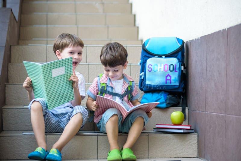 Dzieci iść z powrotem szkoła Początek nowy rok szkolny po summe obrazy royalty free