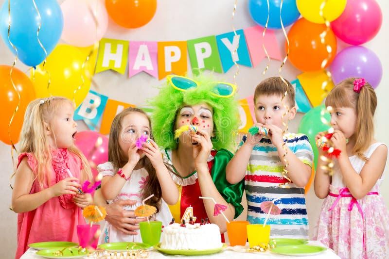 Dzieci i błazen przy przyjęciem urodzinowym zdjęcie royalty free