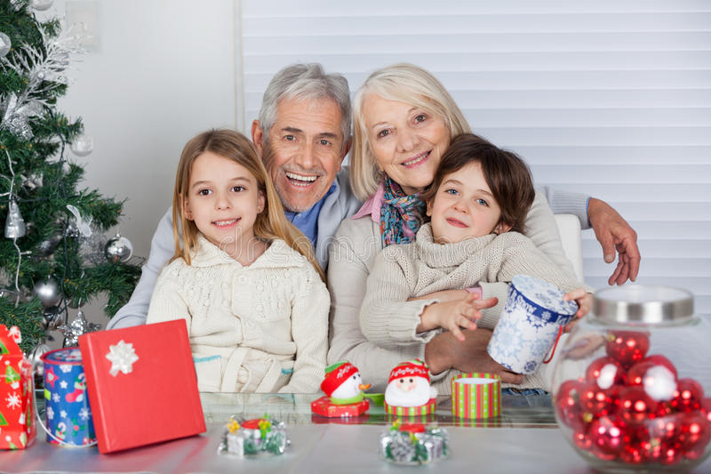Dzieci I dziadkowie Z Bożenarodzeniowymi prezentami obrazy stock