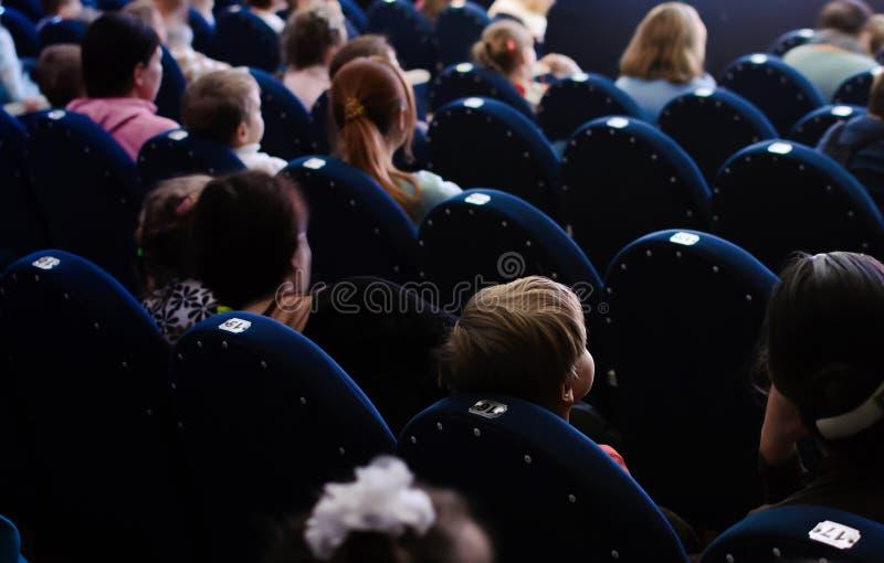 Dzieci i rodzice ogląda występ fotografia stock