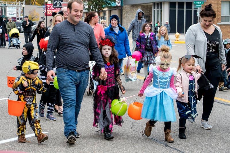 Dzieci i rodziny w kostiumach chodzÄ… w paradzie obrazy royalty free