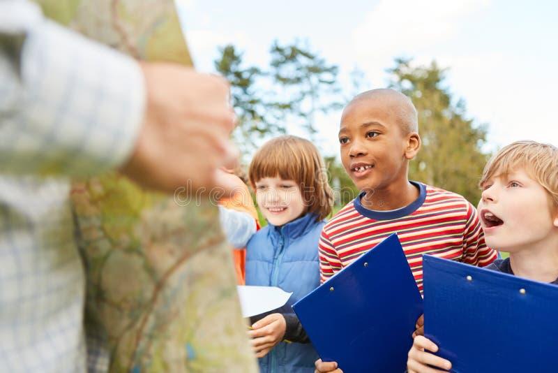 Dzieci jako detektywi na polowaniu na skarby zdjęcie stock