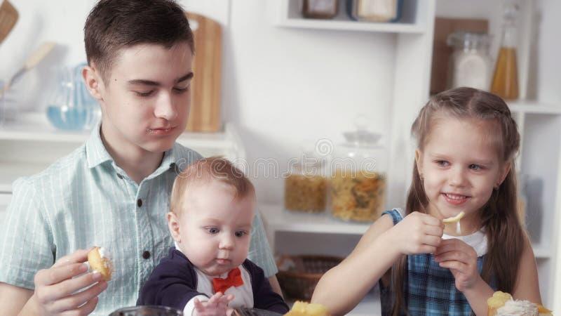 Dzieci jedzą cukierki zdjęcia stock