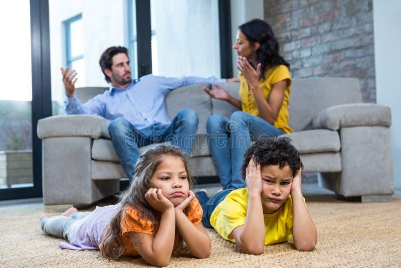 Dzieci kłaść na dywanie w żywym pokoju obraz royalty free