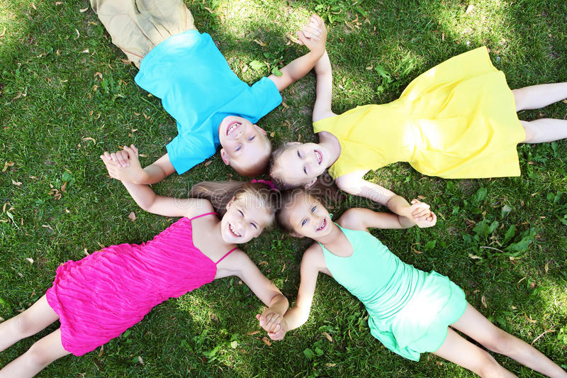 Dzieci kłama na trawie w lato parku fotografia stock