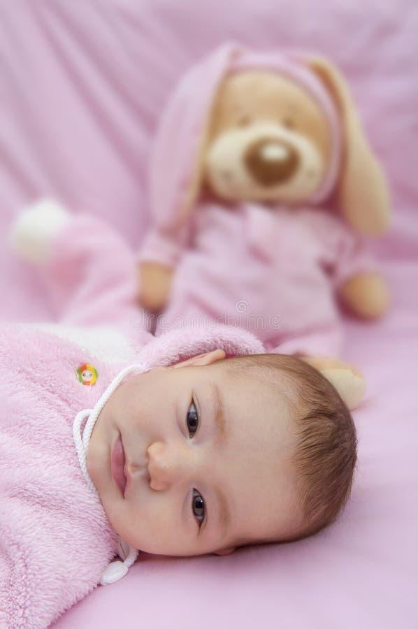 Dzieci kłamstwa na menchii zabawce znoszą tło obrazy royalty free