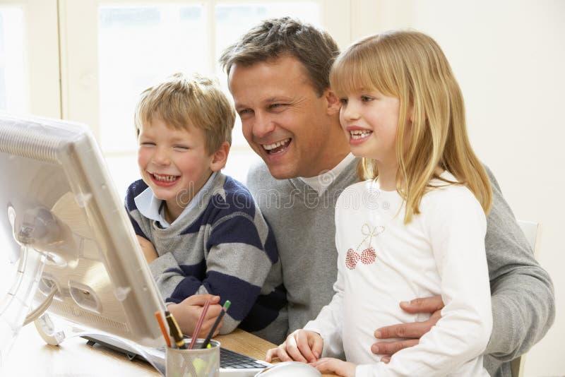 dzieci komputerowy ojca używać obrazy royalty free