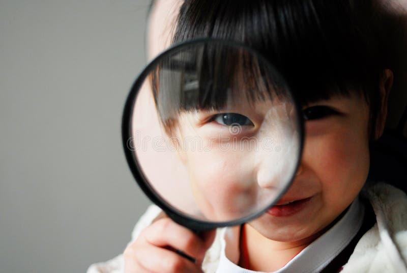 dzieci kontynuują badają obrazy stock