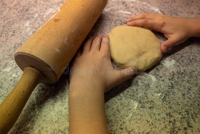 Dzieci kształtujący i tnący wypiekowi ciastka dla bożych narodzeń zdjęcia royalty free