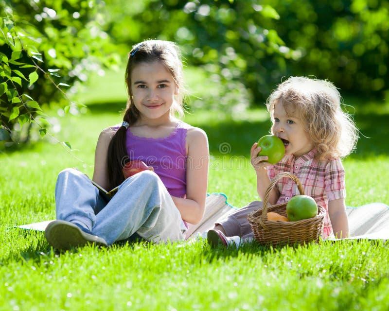 dzieci mają pinkin fotografia stock