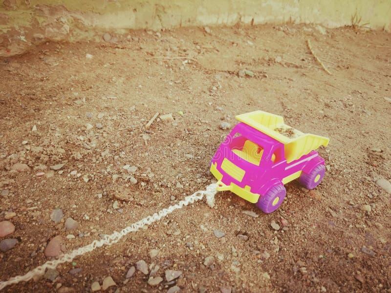 Dzieci maszynowi z arkaną w piaskownicie obrazy royalty free