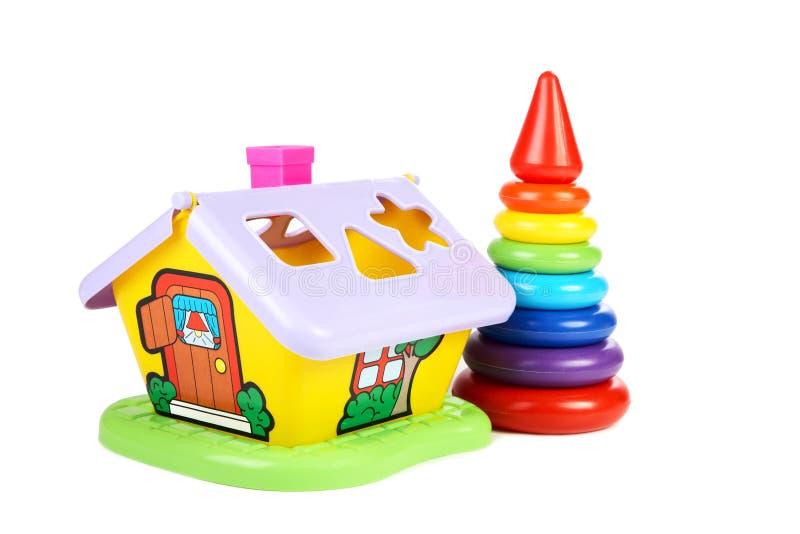 dzieci mieścą małe ostrosłup zabawki s zdjęcia royalty free