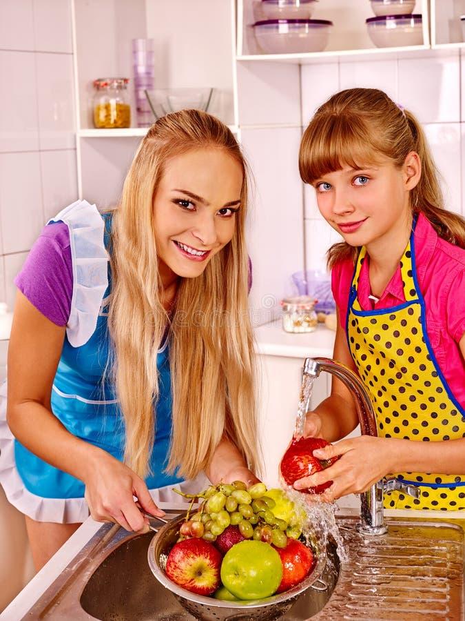 Dzieci myje owoc przy kuchnią obrazy royalty free