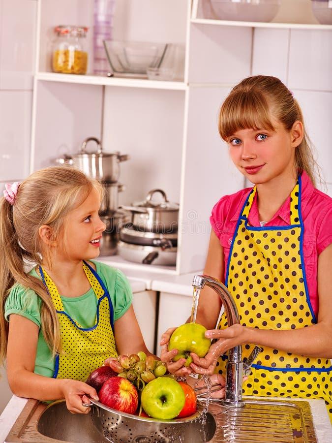 Dzieci myje owoc przy kuchnią obraz stock