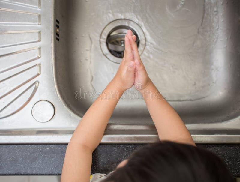Dzieci myje rękę w kuchni zdjęcia stock