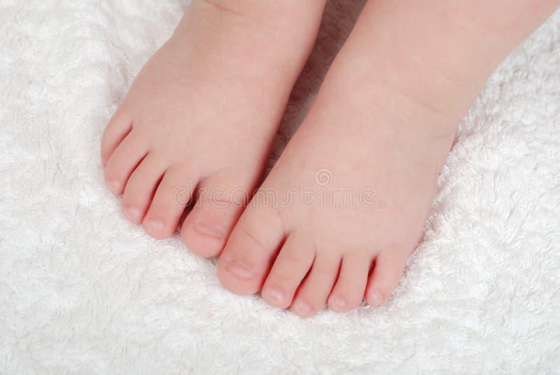 dzieci nóg s miękkiej części ręcznik zdjęcie stock