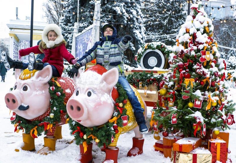 Dzieci na świniach w parku zdjęcia royalty free