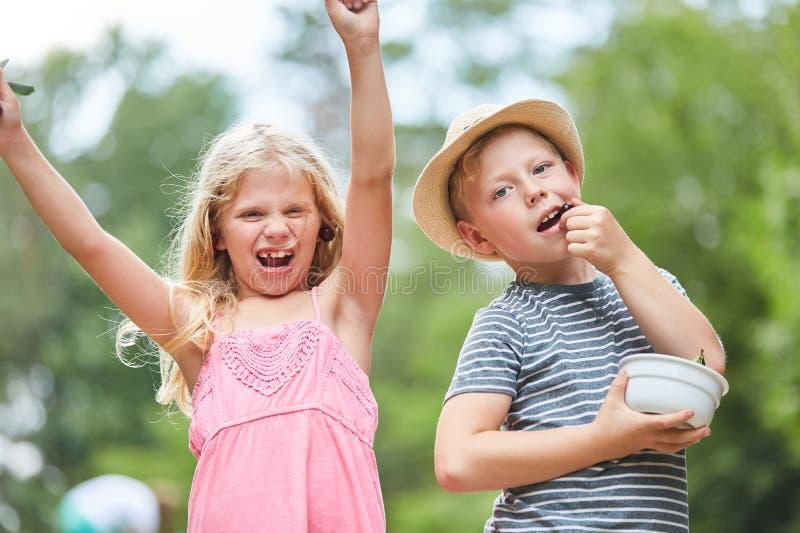 Dzieci na lecie bawją się podczas wakacji zdjęcia royalty free