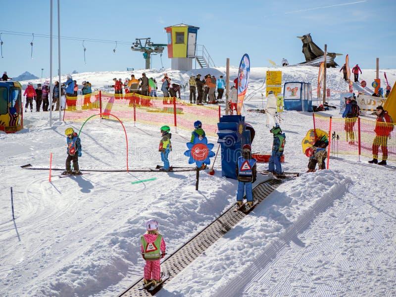 Dzieci na magicznym dywanie Narty szkoła w Alps, Austria, Zams dalej zdjęcie royalty free