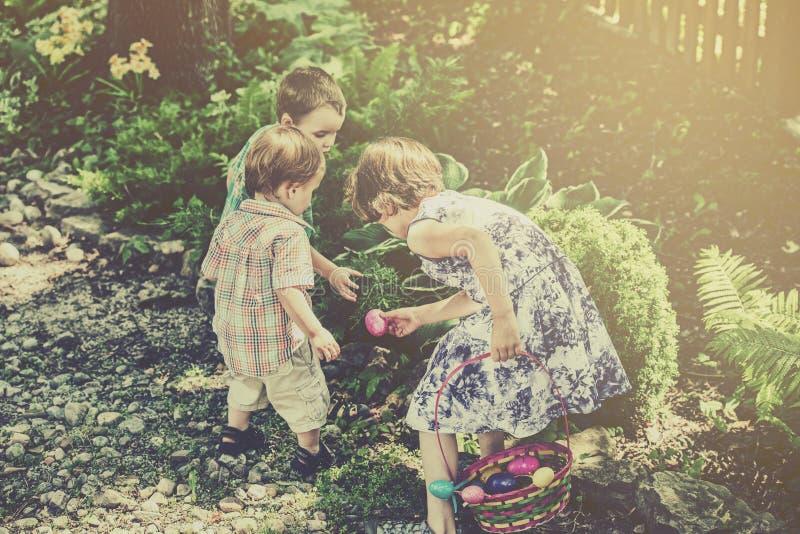 Dzieci na Wielkanocnego jajka polowaniu - Retro zdjęcia royalty free