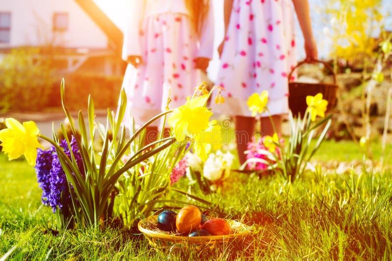 Dzieci na Wielkanocnego jajka polowaniu z jajkami zdjęcie stock
