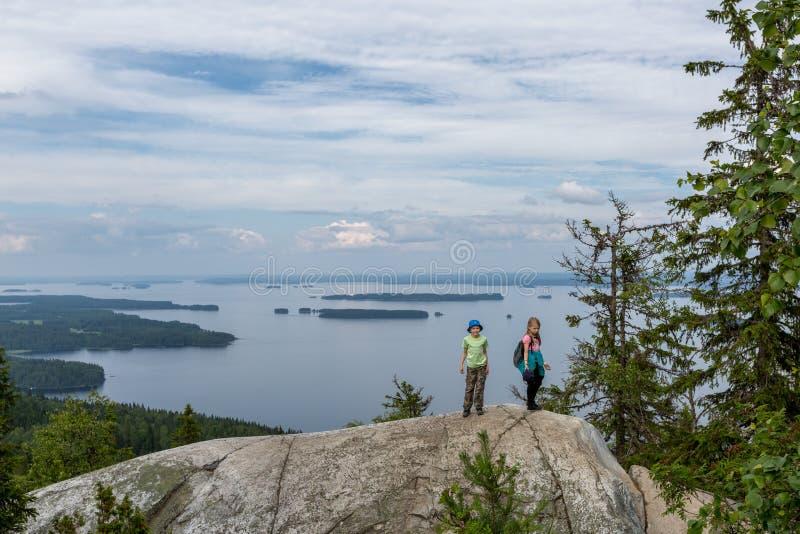 Dzieci na wzgórze wierzchołku w Kola parku narodowym fotografia royalty free