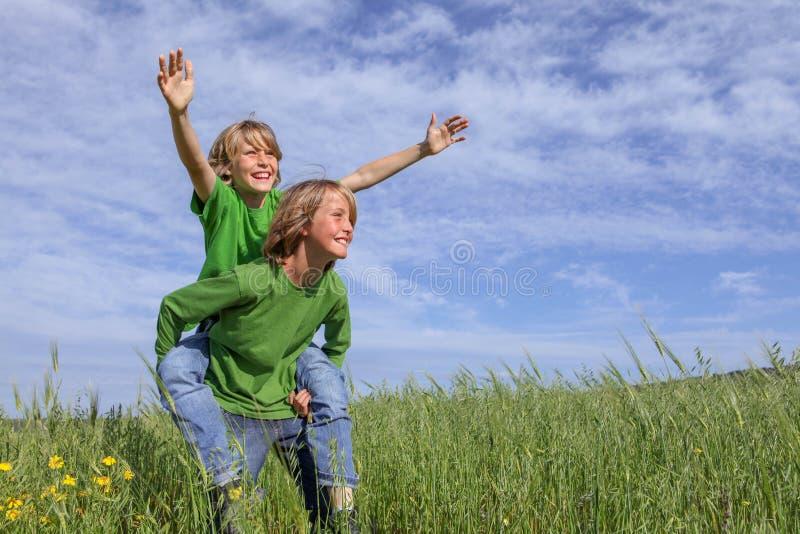 dzieci na zewnątrz gra obraz stock