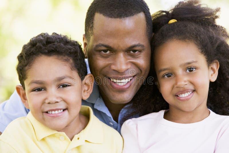 dzieci na zewnątrz stary uśmiechać dwóch młodych obrazy stock