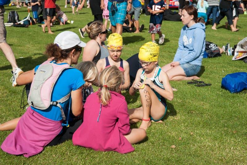 Dzieci na zmielonym przygotowywającym dla pływać nogę wydarzenie z dopłynięciem fotografia stock