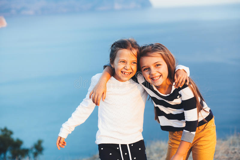 Dzieci nad błękitnym morzem fotografia royalty free