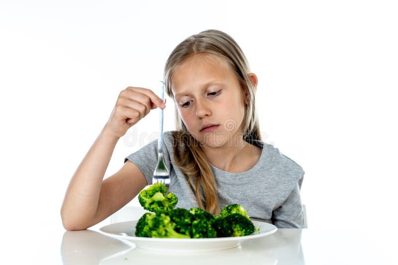 Dzieci no lubią jeść warzywa w zdrowym łasowania pojęciu fotografia stock