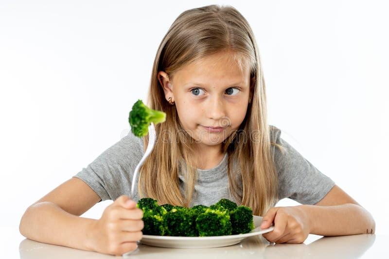 Dzieci no lubią jeść warzywa w zdrowym łasowania pojęciu obrazy stock