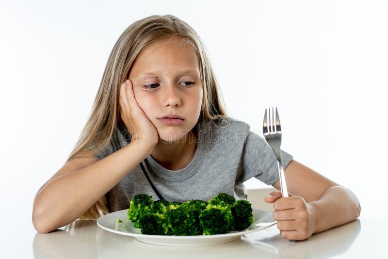 Dzieci no lubią jeść warzywa w zdrowym łasowania pojęciu zdjęcie stock